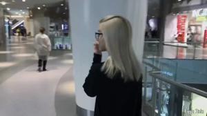 Русская блондинка глотает сперму в примерочной - скриншот #3