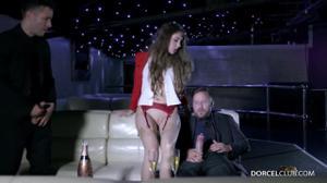 Сексуальную стюардессу сношают два богача - скриншот #11