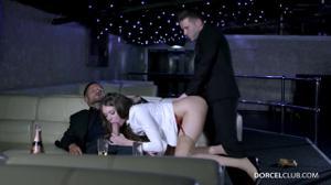 Сексуальную стюардессу сношают два богача - скриншот #17