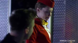 Сексуальную стюардессу сношают два богача - скриншот #2