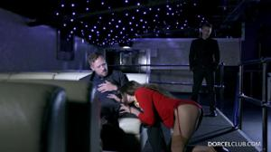 Сексуальную стюардессу сношают два богача - скриншот #5