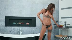 Татуированная красавица шпендихорится в ванной - скриншот #1