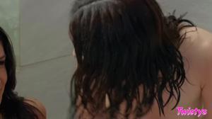 Роскошные брюнетки лижут попочки друг дружке - скриншот #16