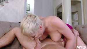 Дама в годах приболтала соседа на секс - скриншот #10