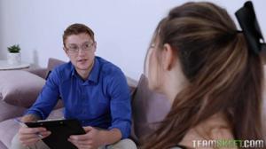 Молодая сучка соблазнила очкастого парня - скриншот #2