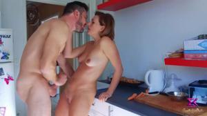 Сексуальная милфа трахается на кухне - скриншот #20