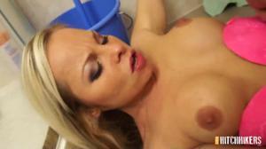 Доступная блондинка сношается в душе - скриншот #11