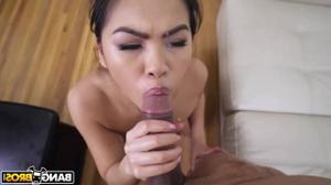 Азиатская горничная не против подработать ртом и киской - скриншот #21
