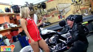 Худая блядь ебется с байкером - скриншот #1