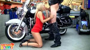 Худая блядь ебется с байкером - скриншот #4