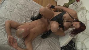 Секси милфа страпонит качка - скриншот #8
