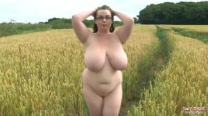 Шикарная толстушка раздевается в чистом поле - скриншот #12