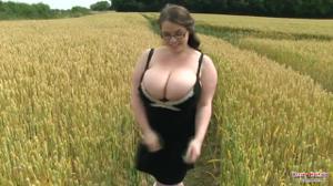 Шикарная толстушка раздевается в чистом поле - скриншот #2