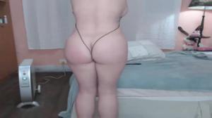 Сочная телочка в микробикини развлекает зрителей порно чата - скриншот #4