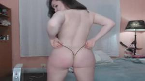 Сочная телочка в микробикини развлекает зрителей порно чата - скриншот #9