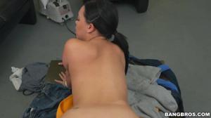 Латинская горничная ублажает хозяина ртом и вагиной - скриншот #20
