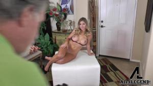 Блондинка раздевается перед старым фотографом - скриншот #15