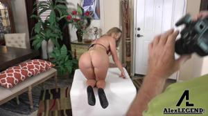 Блондинка раздевается перед старым фотографом - скриншот #17
