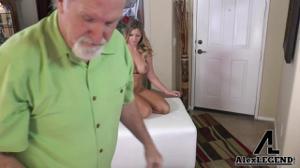 Блондинка раздевается перед старым фотографом - скриншот #19