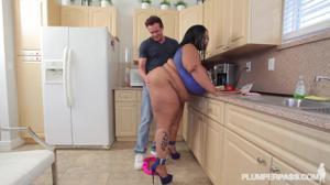 Жирная негритянка решила перейти на белковую диету - скриншот #2