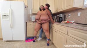 Жирная негритянка решила перейти на белковую диету - скриншот #5