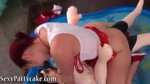 Голодная сучка трахается с секс куклой - скриншот #15