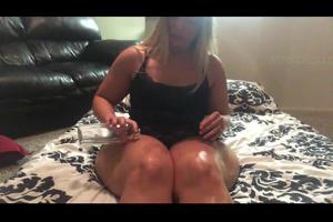 Жопастая блондинка наяривает киску дилдом - скриншот #1