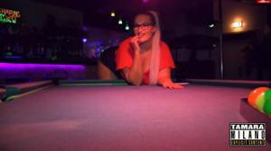 Сочная немка отсосала в баре незнакомцу - скриншот #3
