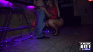 Сочная немка отсосала в баре незнакомцу - скриншот #9